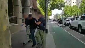Một người bị bắt ở Melbourne. Ảnh 9 NEWS